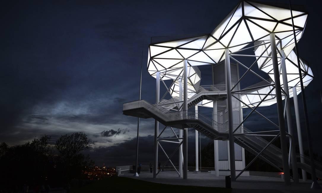 À noite, a iluminação especial realça as formas da plataforma Woklenhain no Kienberg Park Foto: Jens Kalaene / AP