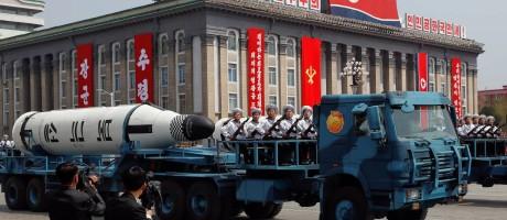 Um caminhão carrega um míssil norte-coreano durante desfile neste sábado em Pyongyang Foto: DAMIR SAGOLJ / REUTERS
