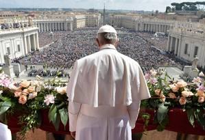 """Papa discursa para a multidão na bênção """"Urbi et Orbi"""" Foto: OSSERVATORE ROMANO / REUTERS"""