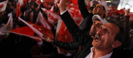 Apoiadores de Erdogan celebram resultados do referendo constitucional em Ancara, capital da Turquia Foto: UMIT BEKTAS / REUTERS