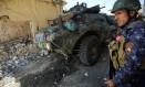 Um membro das forças iraquianas toma posição perto de um veículo em Mossul Foto: AHMAD AL-RUBAYE / AFP