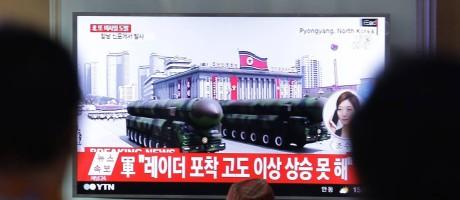 Sul-coreanos assistem a desfile militar no qual Coreia do Norte mostrou novos mísseis, enviando recado ameaçador aos Estados Unidos de Trump Foto: Ahn Young-joon / AP