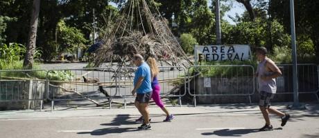 Pessoas se exercitam em área do Maracanã onde ocas de bambu foram montadas Foto: Fernando Lemos / Agência O Globo