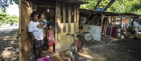 Favela possui centenas de barracos de madeira Foto: Guito Moreto / Agência O Globo