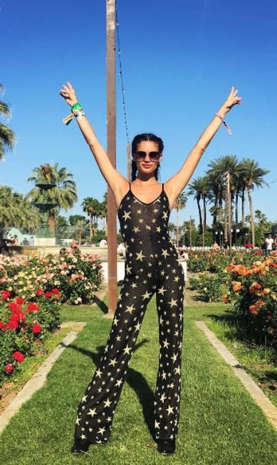 Já a portuguesa Sara Sampaio investiu nas transparências. Seja no macacão confortável... Instagram