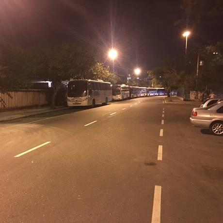 Ônibus ocupam ciclovia em Niterói Foto: Leitor Luciano Costa