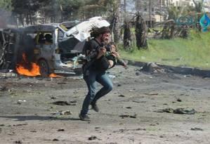 Cinegrafista sírio, Abd Alkader Habak, ao salvar uma criança vítima de ataque a bomba Foto: Reprodução