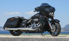 Em tons brilhantes de preto e cinza, a Street Glide CVO tem aparência malvada e marcante Foto: Roberto dutra