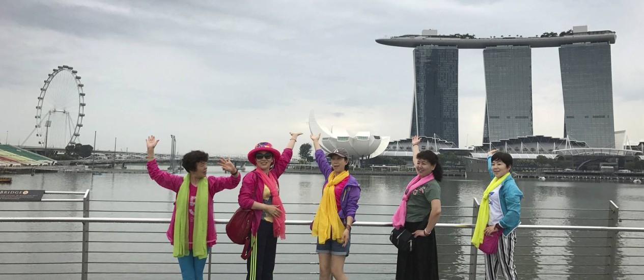 Turistas chineses posam na Marina Bay, um dos principais cartões-postais de Cingapura Foto: Wong Maye-E / AP
