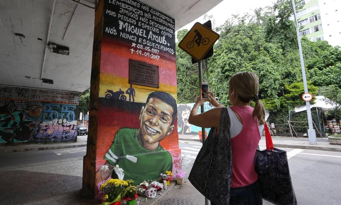 Grafite em homenagem a Miguel Ayoub Zakhour, morto em tentativa de assalto em Laranjeiras Guilherme Pinto / Agência O Globo