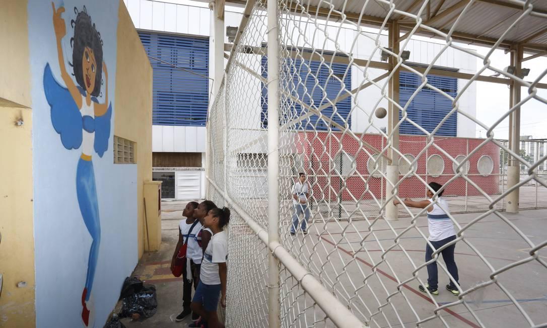 Mulheres grafiteiras fazem obra em muro da escola onde a menina Maria Eduarda foi morta, em Acari Fabio Guimaraes / Agência O Globo