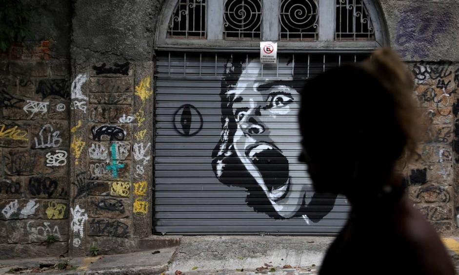 Grafite feito em protesto contra a violêcia na Rua Joaquim Murtinho, em Santa Teresa Foto: Custódio Coimbra / Agência O Globo