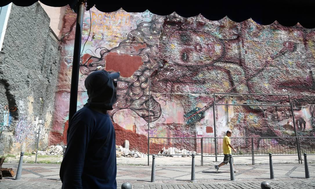 Grafites em alusão à Lei Maria da Penha, que combate a violência contra a mulher. A arte está em um muro na Rua do Lavradio, Centro Custódio Coimbra / Agência O Globo