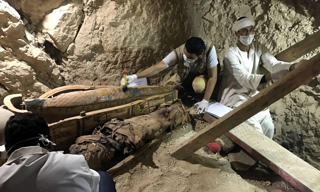 Arqueólogos trabalham na escavação da nova tumba descoberta na necrópole de Dra Abu-el Naga, perto da cidade de Luxor, no Egito STAFF / REUTERS