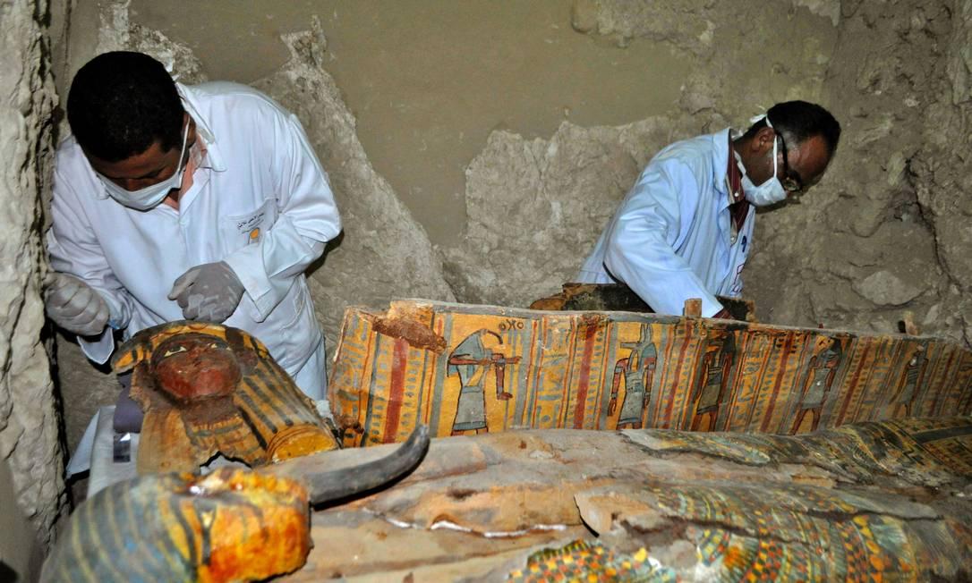 Foram descobertos dez sarcófagos, oito múmias e mais de mil estátuas funerárias STRINGER / AFP