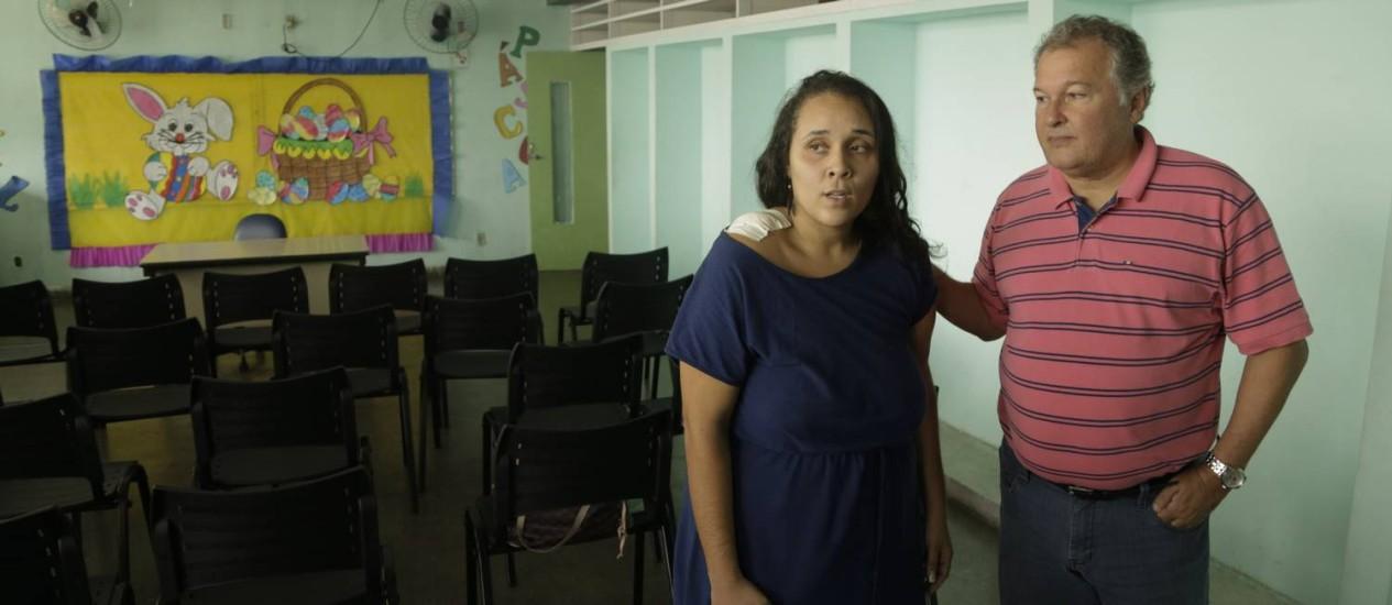 Lillian Gomes Roma, que foi atingida de raspão por um tiro dentro dentro de creche no Jacaré. Na foto, ela e o secretário municipal de Educação, Cesar Benjamin Foto: Gabriel de Paiva / Agência O Globo