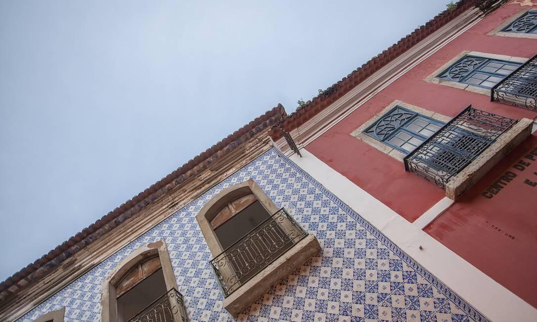 Ao andar pelo centro da capital maranhense, vale também olhar para o alto: sobrados e azulejos conferem beleza à arquitetura da região. Foto: Elisa Martins / Elisa Martins