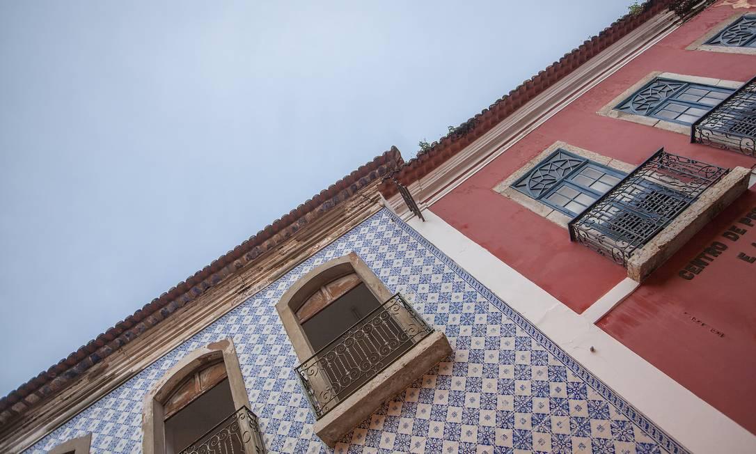 Ao andar pelo centro da capital maranhense, vale também olhar para o alto: sobrados e azulejos conferem beleza à arquitetura da região. Elisa Martins / Elisa Martins