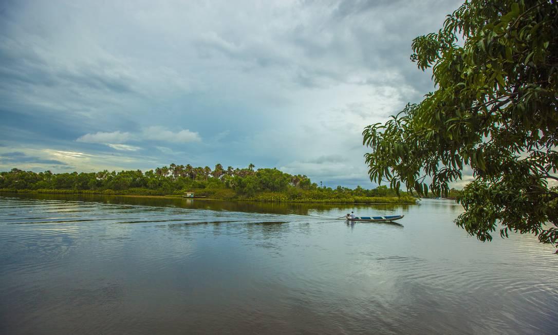 Pescador busca a sorte do dia num fim de tarde no rio Preguiças. Nome veio do trajeto lento e sinuoso de um dos maiores rios da região - são 120 km de extensão. Elisa Martins / Elisa Martins