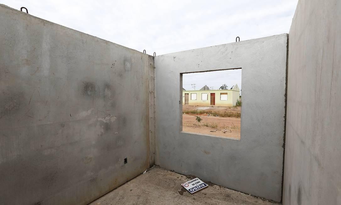 Alguns moradores do conjunto habitacional Ururaí, que faz parte do programa, mostram casas sem portas, janelas e teto Foto: Pablo Jacob / Agência O Globo