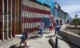 Pessoas caminham perto da fronteira dos Estados Unidos com o México, em Tijuana, Noroeste do México