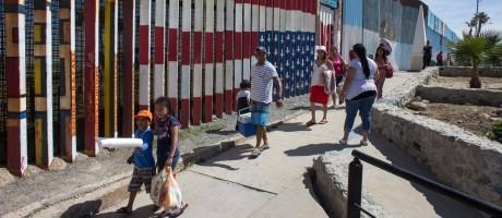 Pessoas caminham perto da fronteira dos Estados Unidos com o México, em Tijuana, Noroeste do México Foto: GUILLERMO ARIAS / AFP