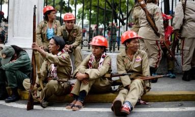 Integrantes da Milícia Nacional Bolivariana descansam durante um desfile em Caracas Foto: AFP/17-4-2017