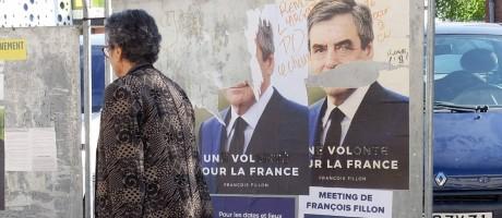 Revolta popular. Alterações em pôster de campanha de François Fillon transformam seu slogan 'Uma vontade para a França' em 'Um roubo para a França' Foto: PASCAL PAVANI/AFP