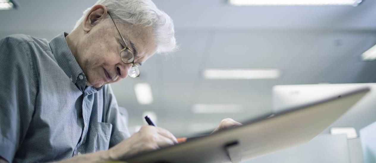 O ilustrador Marcelo Monteiro em ação com sua prancheta, pincel, nanquim e guache, os mesmos instrumentos há 55 anos Foto: Leo Martins