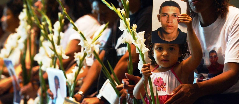A menina Gabriela Costa Silva segura a foto de seu pai, Thiago da Costa Silva, morto no Borel Foto: Domingos Peixoto/04-07-2004
