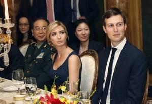 Ivanka Trump se senta ao lado do marido e de autoridade chinesa durante jantar com presidente Xi Jinping na Flórida Foto: Alex Brandon / AP