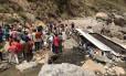 Voluntários e equipes de resgate buscam sobreviventes no acidente em Chopal, na Índia