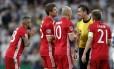 Jogadores do Bayern reclamam com o árbitro Viktor Kassai após a expulsão de Vidal contra o Real Madrid