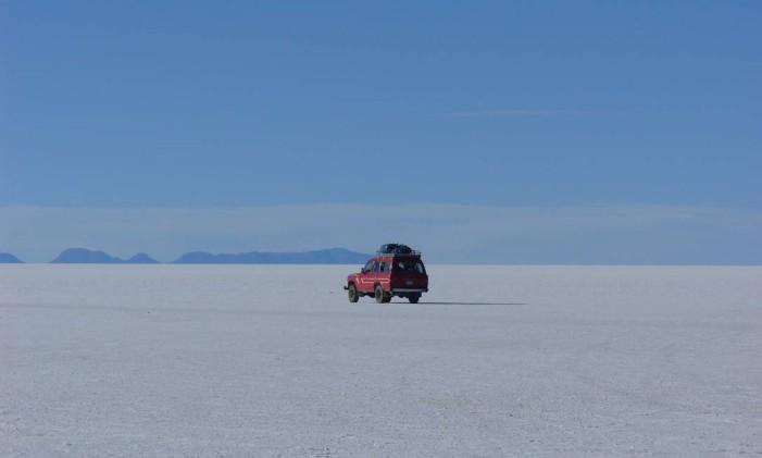 Carro no Salar de Uyuni, na Bolívia Foto: Eduardo Maia