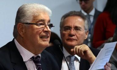 O senador Roberto Requião observado pelo senador Renan Calheiros, ambos do PMDB Foto: Givaldo Barbosa / Agência O Globo / 29-3-2017