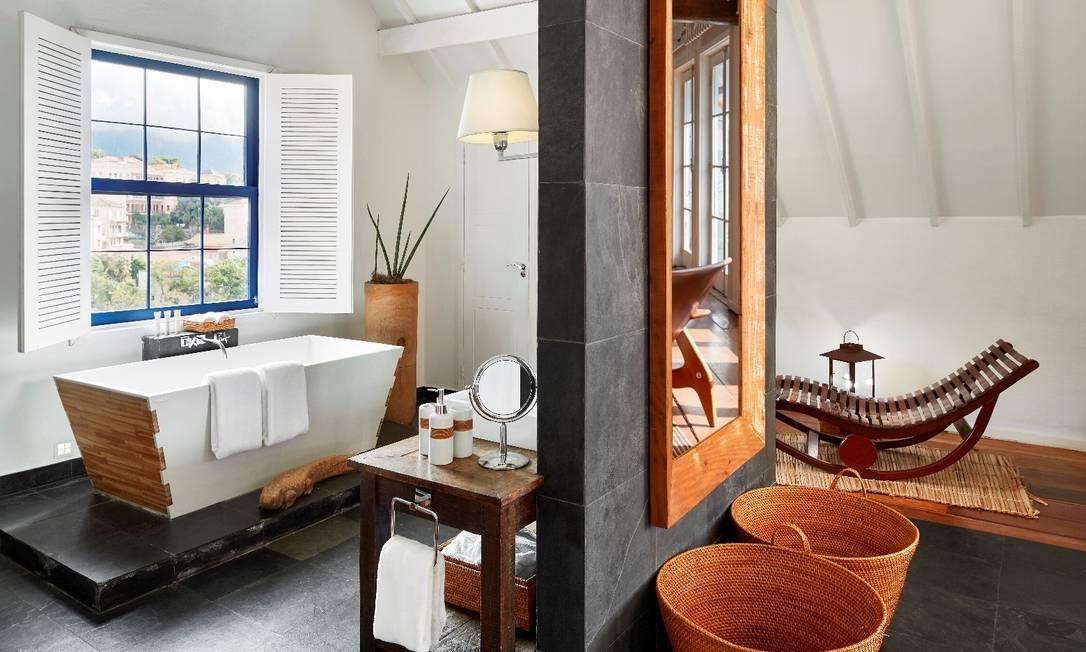 O banheiro da Royal Suite do Santa Teresa Hotel: amplitude e uso de madeira dão o toque especial Divulgação