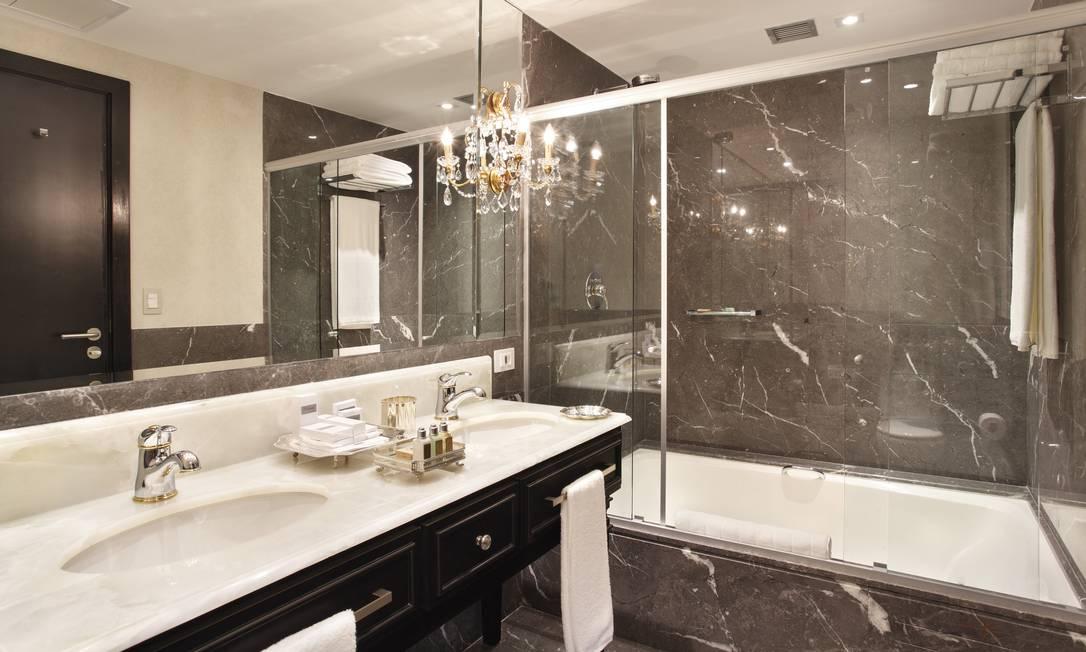 No Miramar by Windsor, em Copacabana, o glamour é à moda antiga. O projeto da arquiteta e designer de interiores Paola Ribeiro usou laca preta para detalhes do banheiro Divulgação