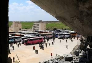 Aretirada dos civis de Fua e Kafraya, cidades fiéis ao regime, foi realizada por 45 veículos Foto: AMMAR ABDULLAH / REUTERS