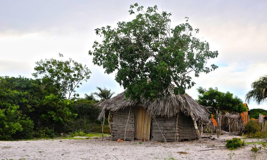 Muitas casas rudimentares chamam a atenção em Atins e nos arredores de Barreirinhas. Há pobreza, mas não miséria. Muitas famílias sobrevivem da pesca e de plantações Foto: Elisa Martins / Elisa Martins