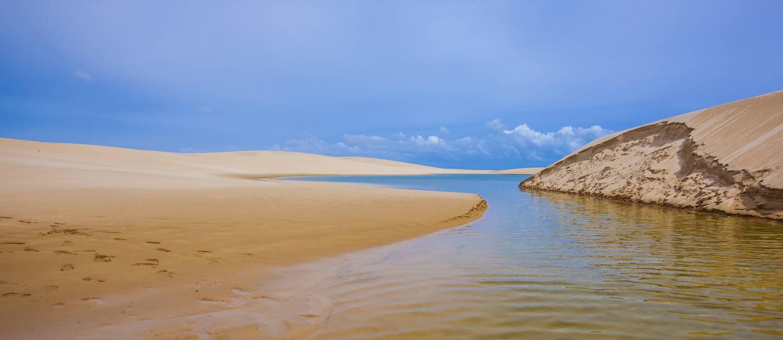 Lagoa na região de Atins, na área do Parque Nacional dos Lençóis Maranhenses Foto: Elisa Martins / Agência O Globo