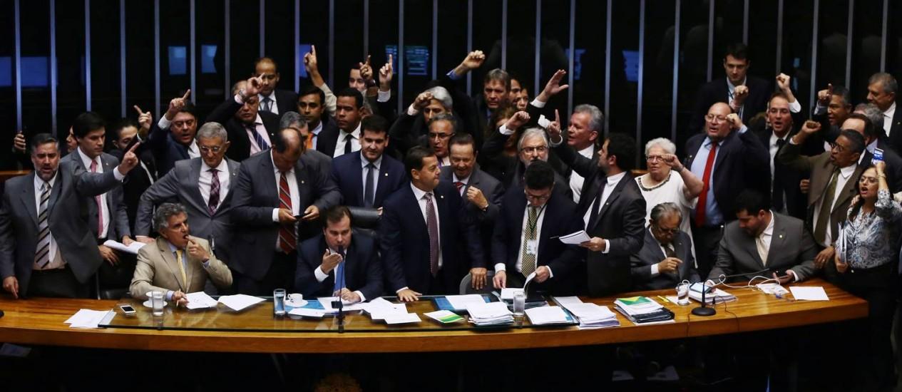 Parlamentares de oposição não queriam votação do requerimento de urgência para votar a reforma trabalhista Foto: Givaldo Barbosa / Agência O Globo