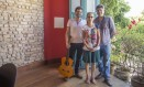 A família Schrader: Marco Antonio (com o violão), a mãe Damarys e Olav Foto: Analice Paron / Agência O Globo