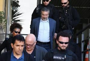 O ex-ministro Antonio Palocci realiza exame de corpo de delito no IML em Curitiba Foto: Geraldo Bubniak / Agência O Globo/26-09-2016