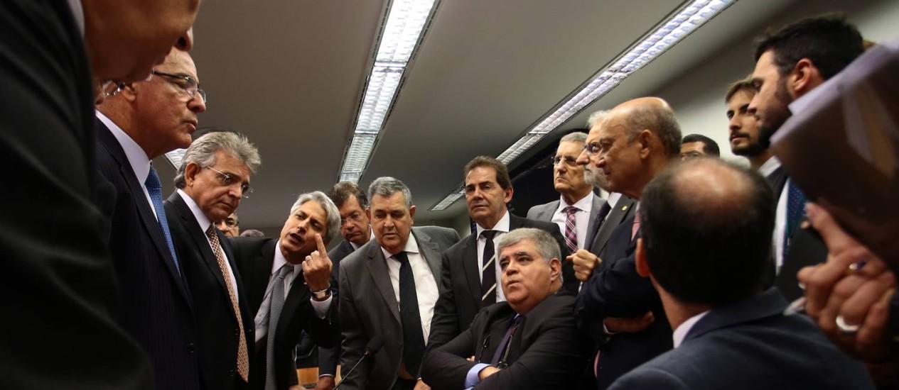 O presidente da comissão da reforma da Previdência, deputado Carlos Marun, durante reunião sobre o parecer do relator deputado Arthur Maia Foto: Givaldo Barbosa / Agência O Globo