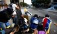 Manifestantes entram em confronto com as forças de segurança venezuelanas durante protestos da oposição em Caracas