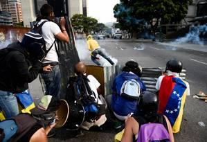 Manifestantes entram em confronto com as forças de segurança venezuelanas durante protestos da oposição em Caracas Foto: FEDERICO PARRA / AFP