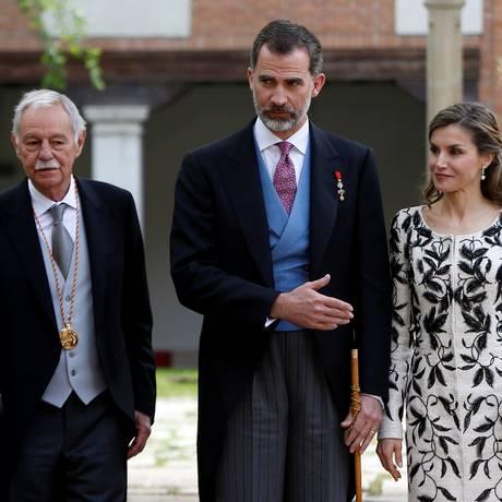 O escritor Eduardo Mendoza com o rei Felipe VI e a rainha Letizia após a entrega do Prêmio Cervantes, na Universidade de Alcalá de Henares, próximo a Madri Foto: REUTERS/Susana Vera / REUTERS/Susana Vera