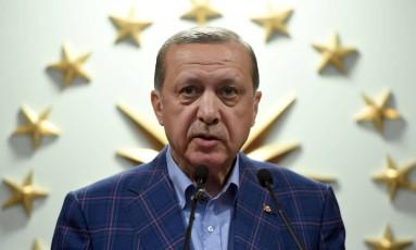 O presidente da Turquia, Recep Tayyip Erdogan, recentemente venceu o referendo de reforma constitucional que amplia seus poderes. Ele frequentemente é acusado de autoritarismo e de aumentar a repressão, principalmente após sofrer uma tentativa de golpe no ano passado. Suas relações com alguns países europeus estão cada vez mais conturbadas Foto: BULENT KILIC / AFP