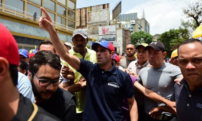O líder da oposição venezuelana, Henrique Capriles, protesta em Caracas Foto: RONALDO SCHEMIDT / AFP