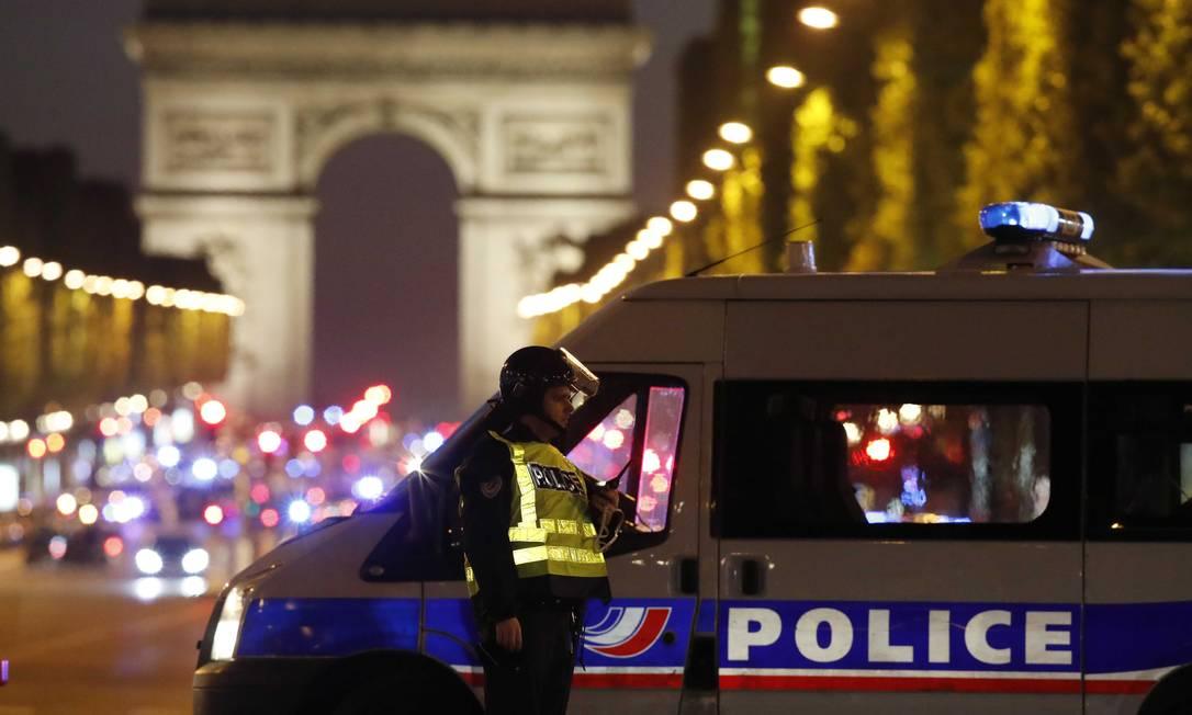 A polícia parisiense fechou imediações da Avenida Champs-Elysées. O caso é investigado como possível terrorismo CHRISTIAN HARTMANN / REUTERS